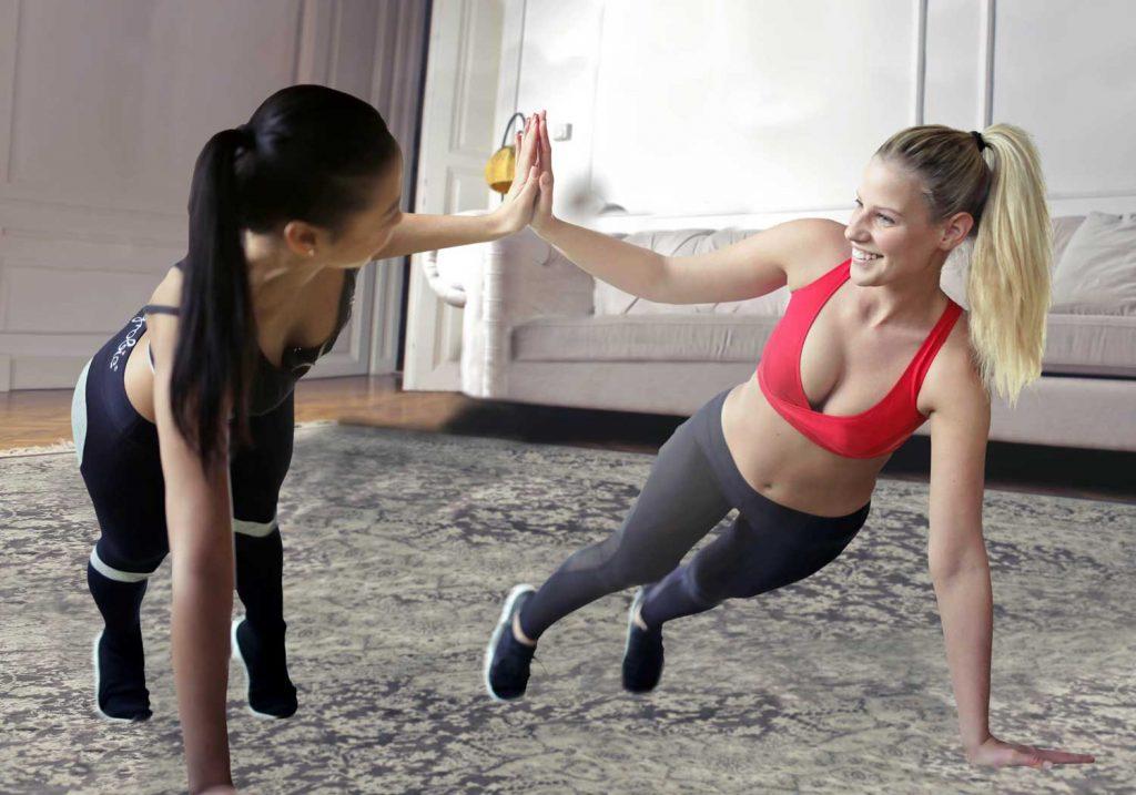 chicas haciendo ejercicios en casa